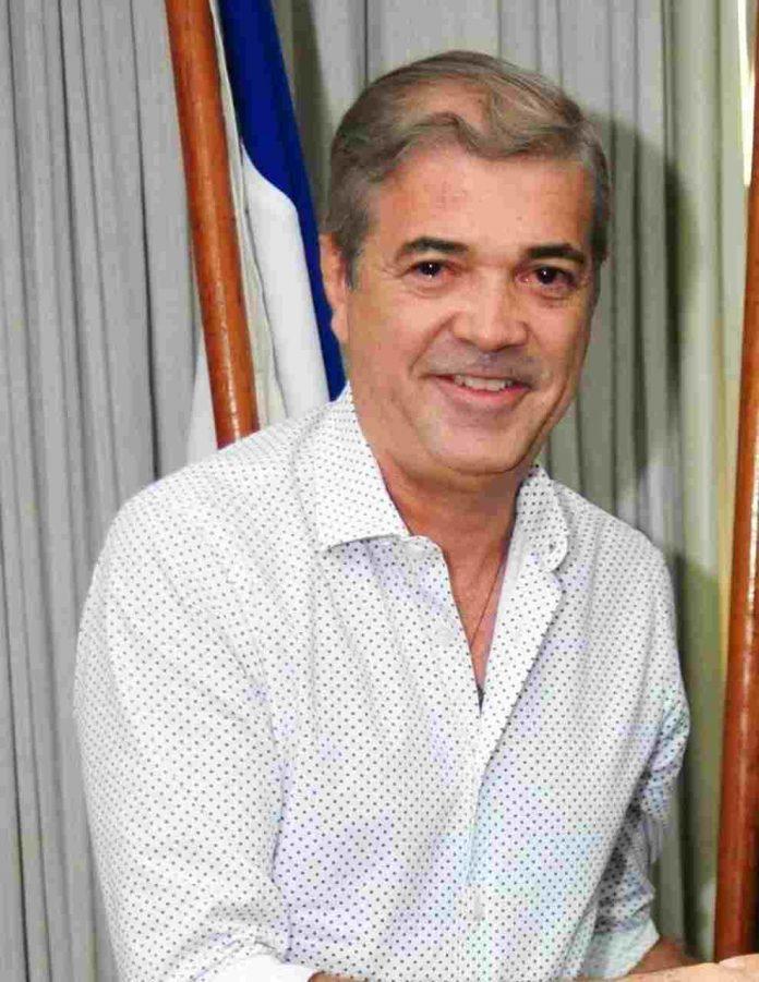 Natural de Manaus e formado em Administração pela Ufam, com MBA pela USP e Coach pela Sociedade Latino-Americana de Coaching