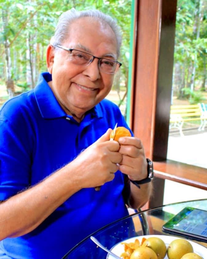Negão saboreando um tucumã fruta da região
